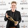 La femme tient un trophée Félix dans ses mains et sourit aux photographes.