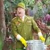 Chef tient une poubelle en métal dans les mains. Il crie.