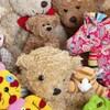 Un amas d'ours en peluche, de poupées de chiffon, toutous et grenouille, chaton et cheval en peluche,
