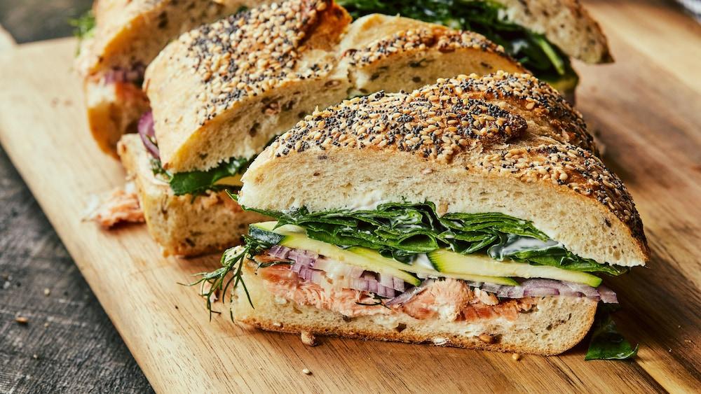 Sandwich gourmand coupé en grosses pointes.
