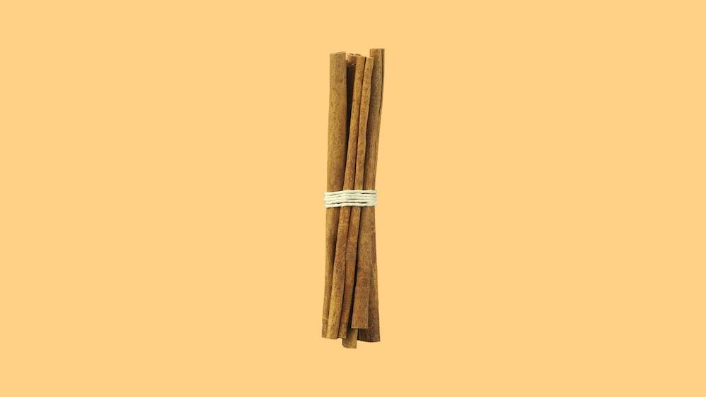 Des bâtons de cannelle attachés avec une corde.