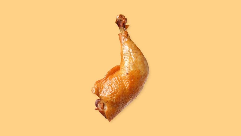 Une cuisse de poulet rôtie.