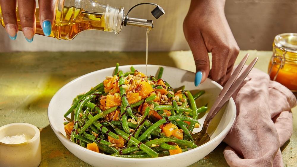 Un bol rempli de salade d'haricots verts.