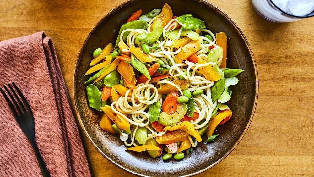 Salade-repas à l'asiatique dans un bol.
