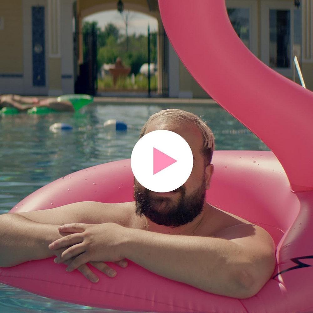 Karl Hardy flotte sur un flotteur en forme de flamant rose.