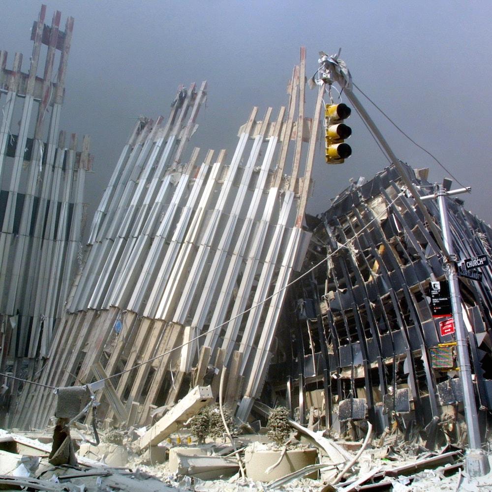 Des débris d'un bâtiment.