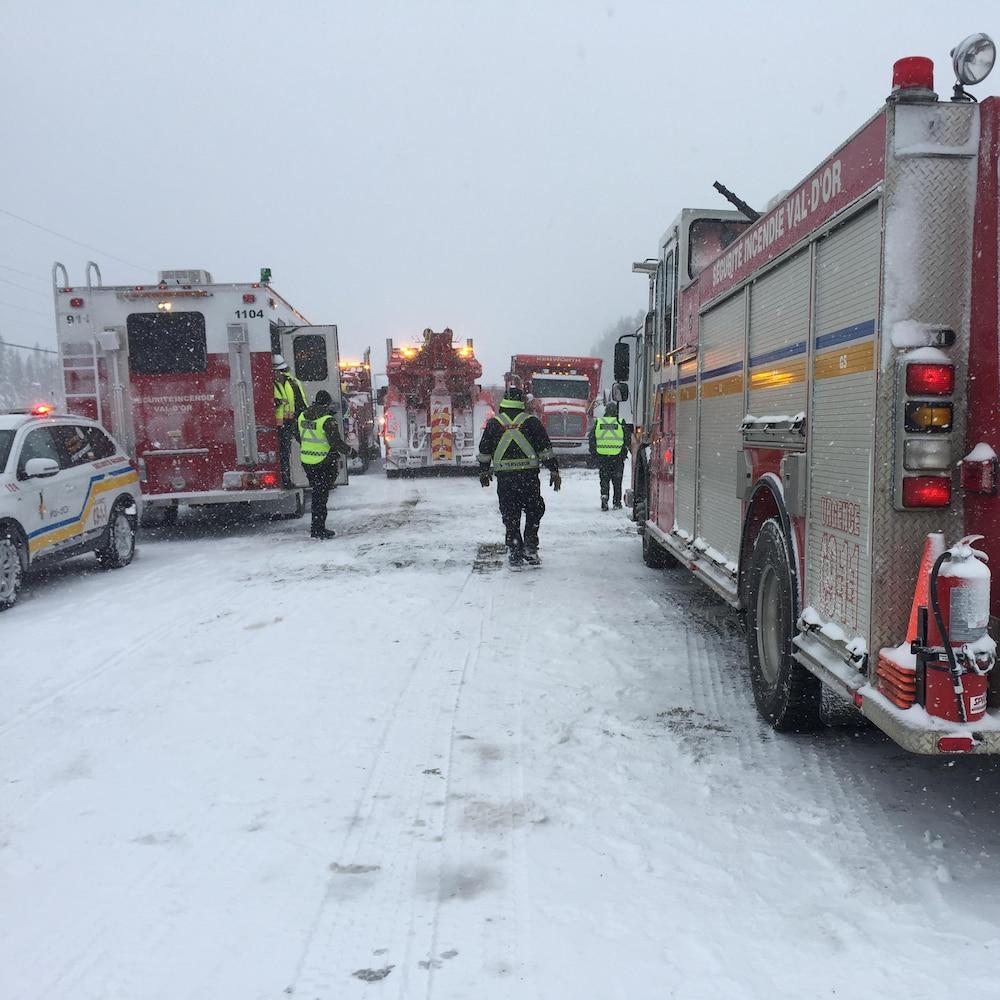 Des camions de pompiers sur la route 117 enneigée.