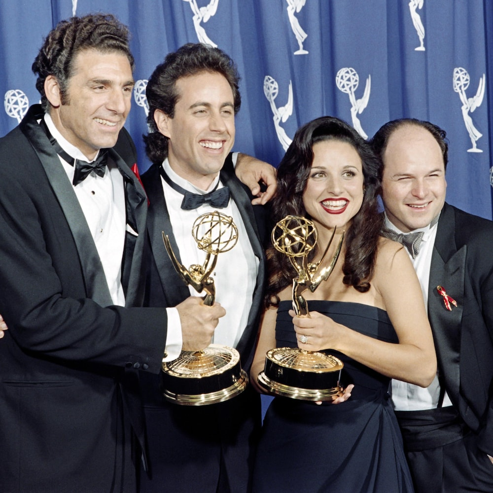 Les quatre vedettes de la série « Seinfeld » sourient en tenant deux prix Emmy.