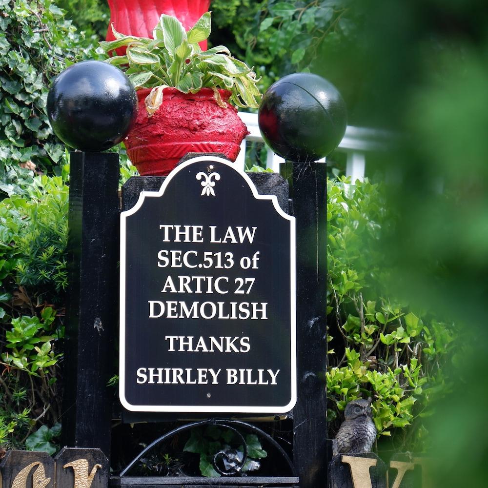 Une affiche rendant hommage à Shirley Billy, devant la maison familiale à Baltimore.