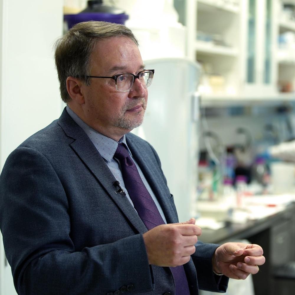 Alain Moreau devant des techniciennes de laboratoire.