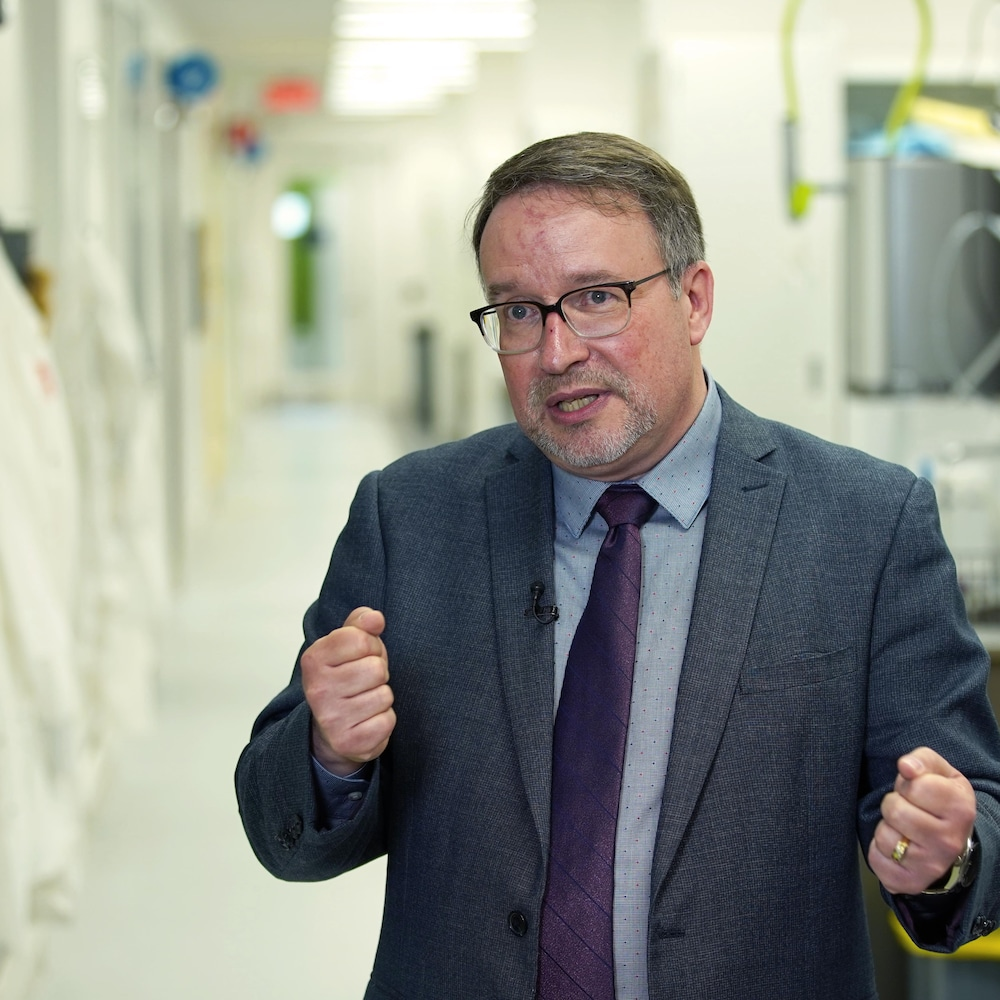Alain Moreau dans un laboratoire