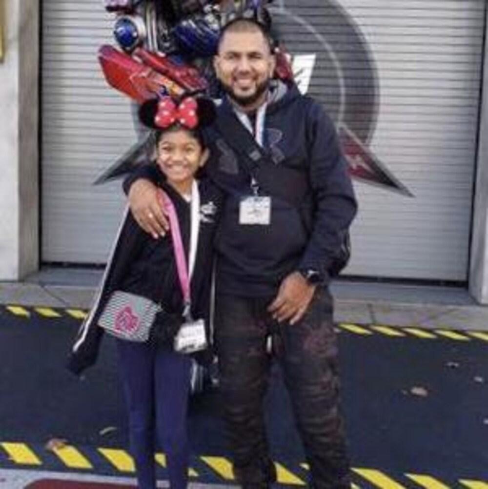 Le père, Roopesh Rajkumar, pose avec sa fille de 11 ans, Riya Rajkumar.