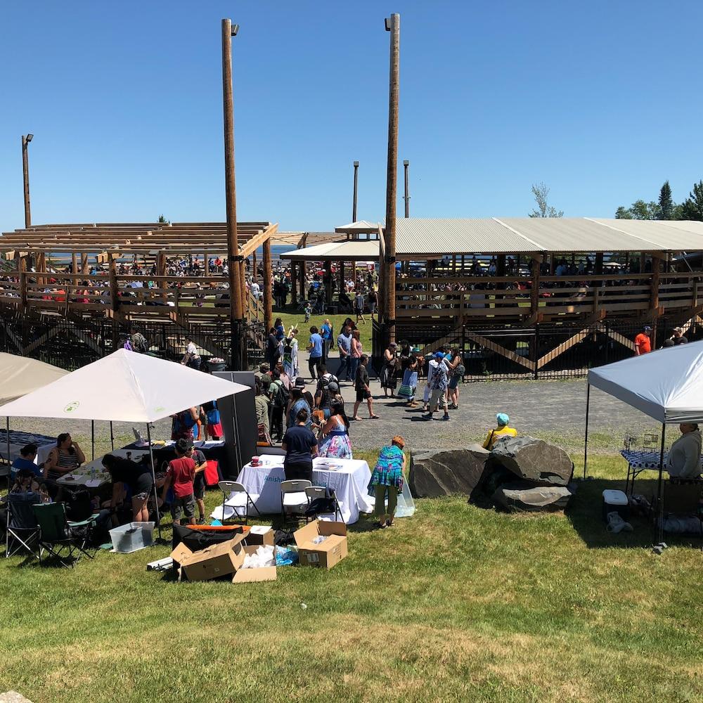 Une amphithéâtre entouré de tables sous des tentes.
