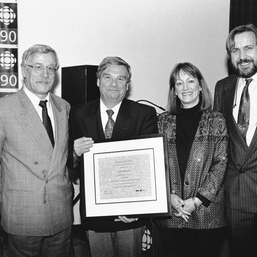 photo de groupe avec Louis MartinRené Racine qui tient une plaque commémorative, Joane Arcand et Yanick Villedieu.