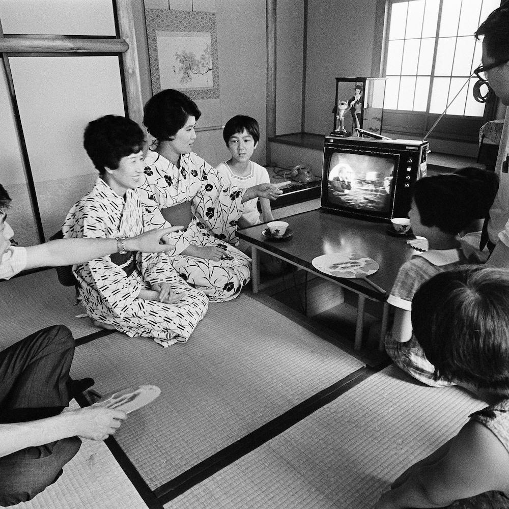 En juillet 1969, une famille de Tokyo au Japon assiste en direct à la télévision à l'alunissage des astronautes américains.