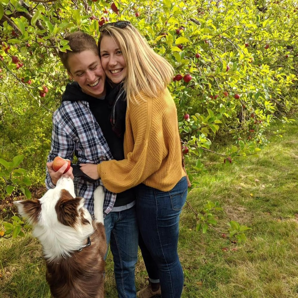 Jaden et Megan avec un chien.