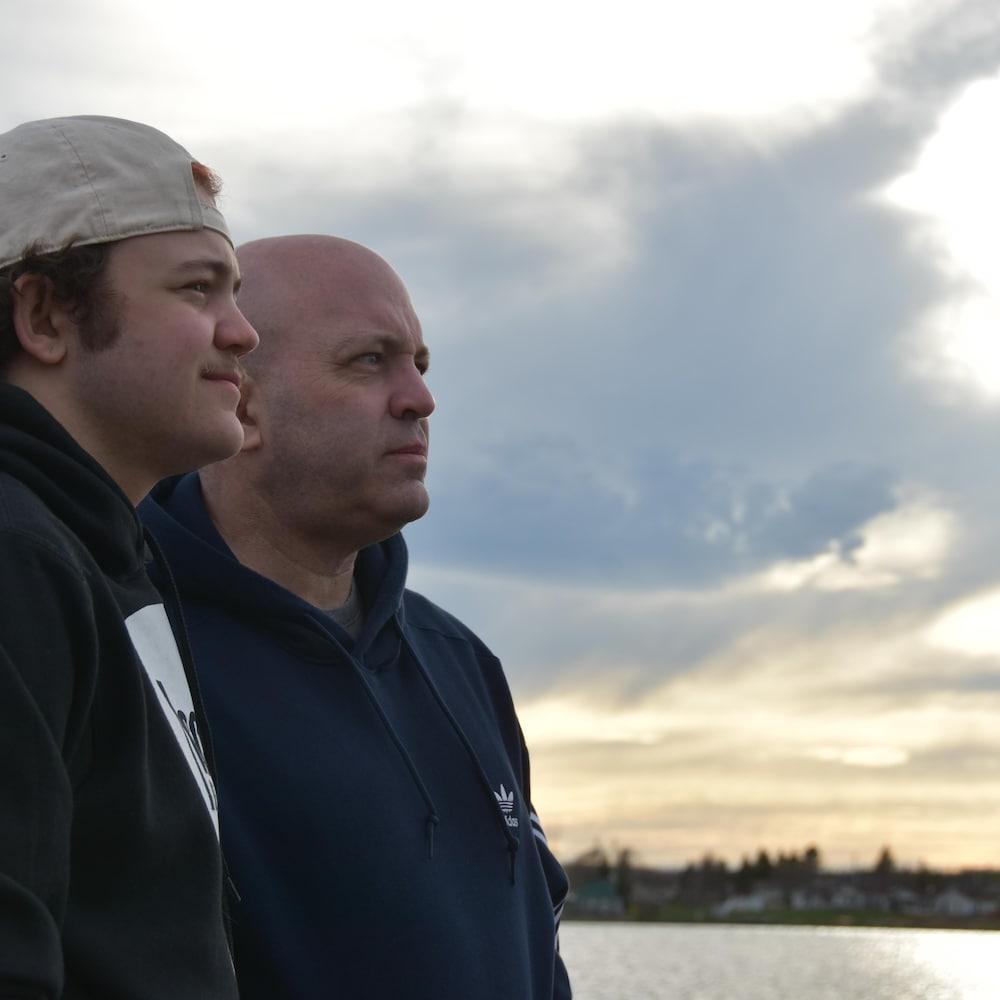 Samuel et Jean-Pierre au bord de l'eau.