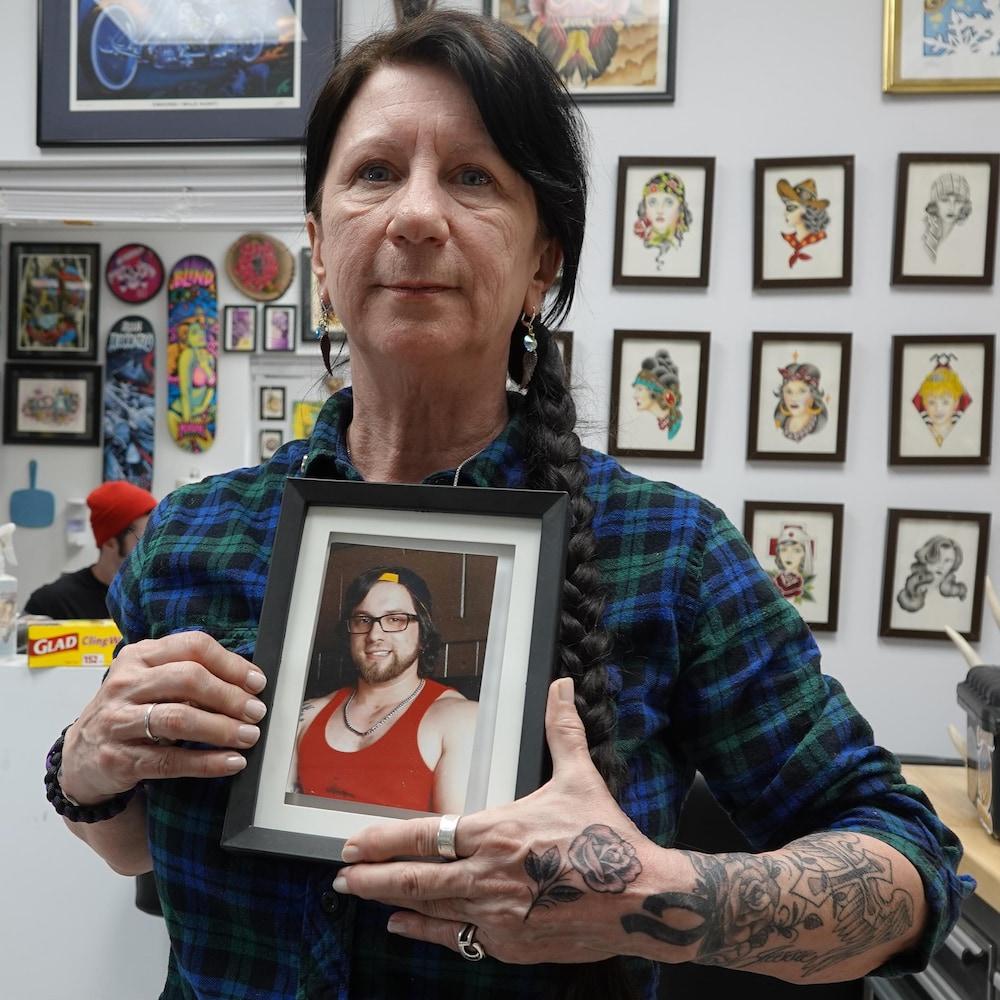 Arlene Last-Kolb tient une photo de son fils