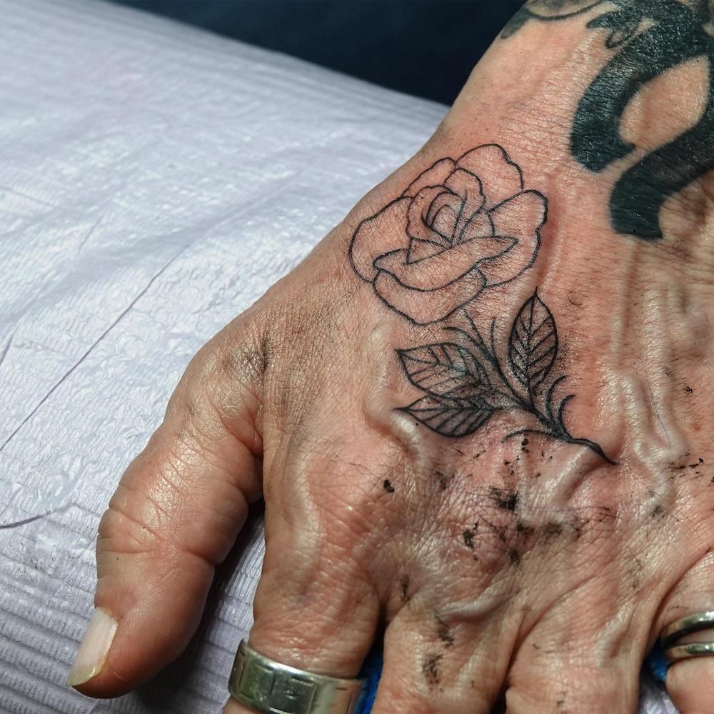 Une main tatouée
