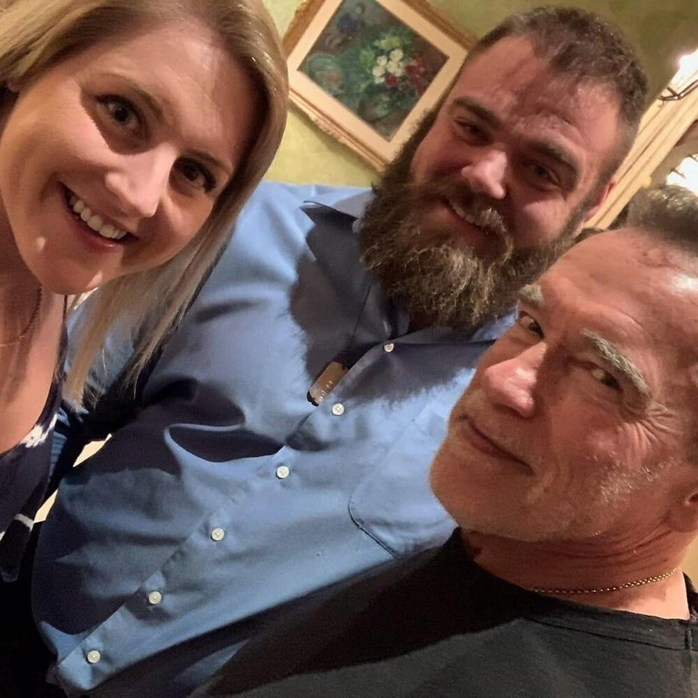 Un couple prend la pause avec Arnold.