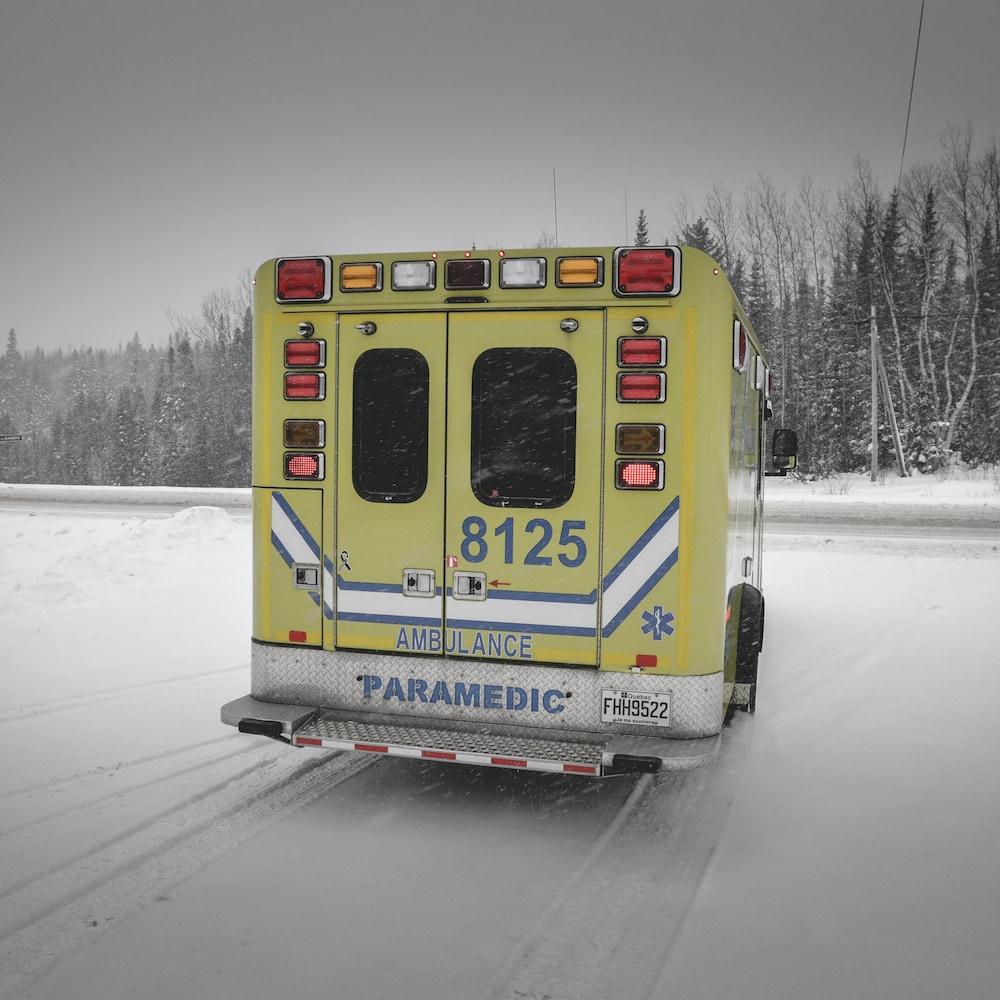 L'arrière d'une ambulance.