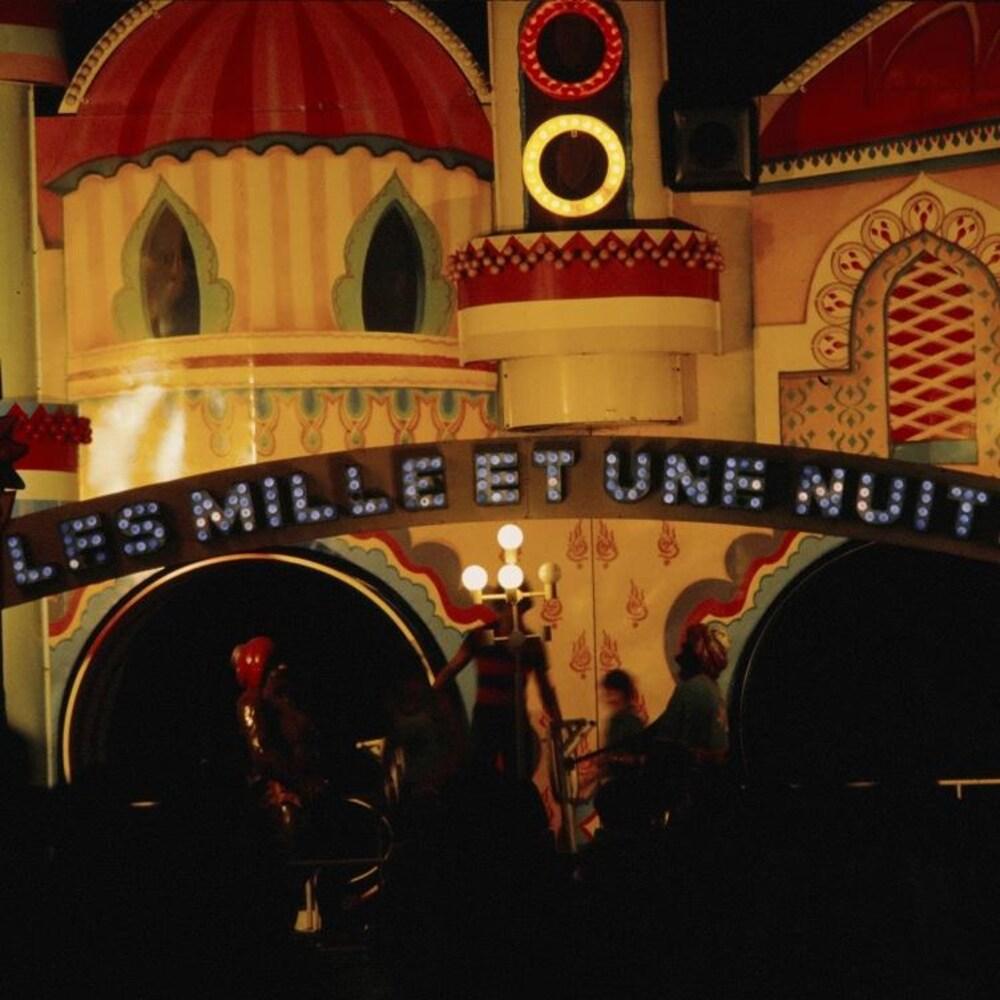 Enseigne Les Mille et une nuit sur la façade d'une attraction de La Ronde.