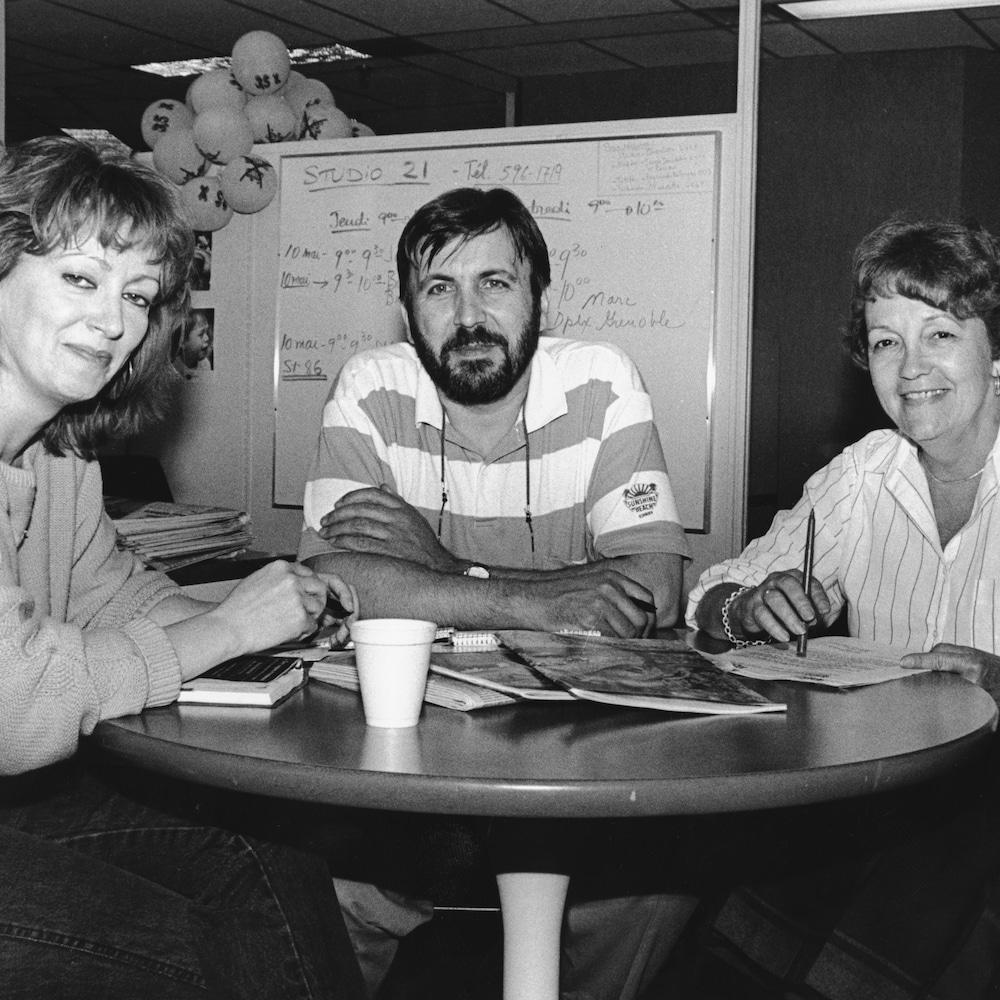 Joane Arcand, Yanick Villedieu et Louise Paquin sont assis à une table ronde et regarde la caméra.
