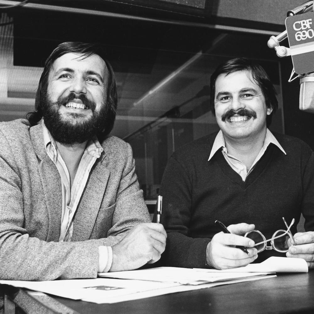 Yanick Villedieu et Jean-Marc Carpentier derrière un micro avec inscription CBF 690