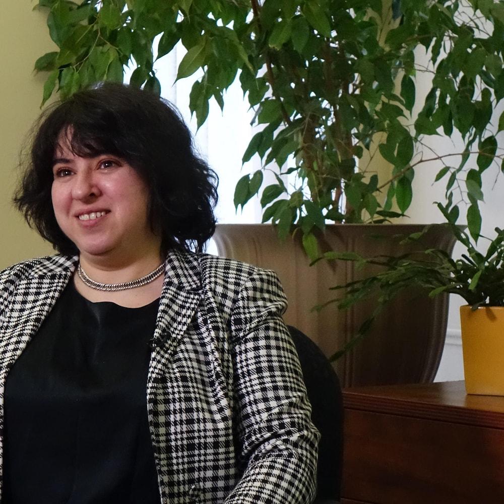 Une femme qui discute dans un bureau