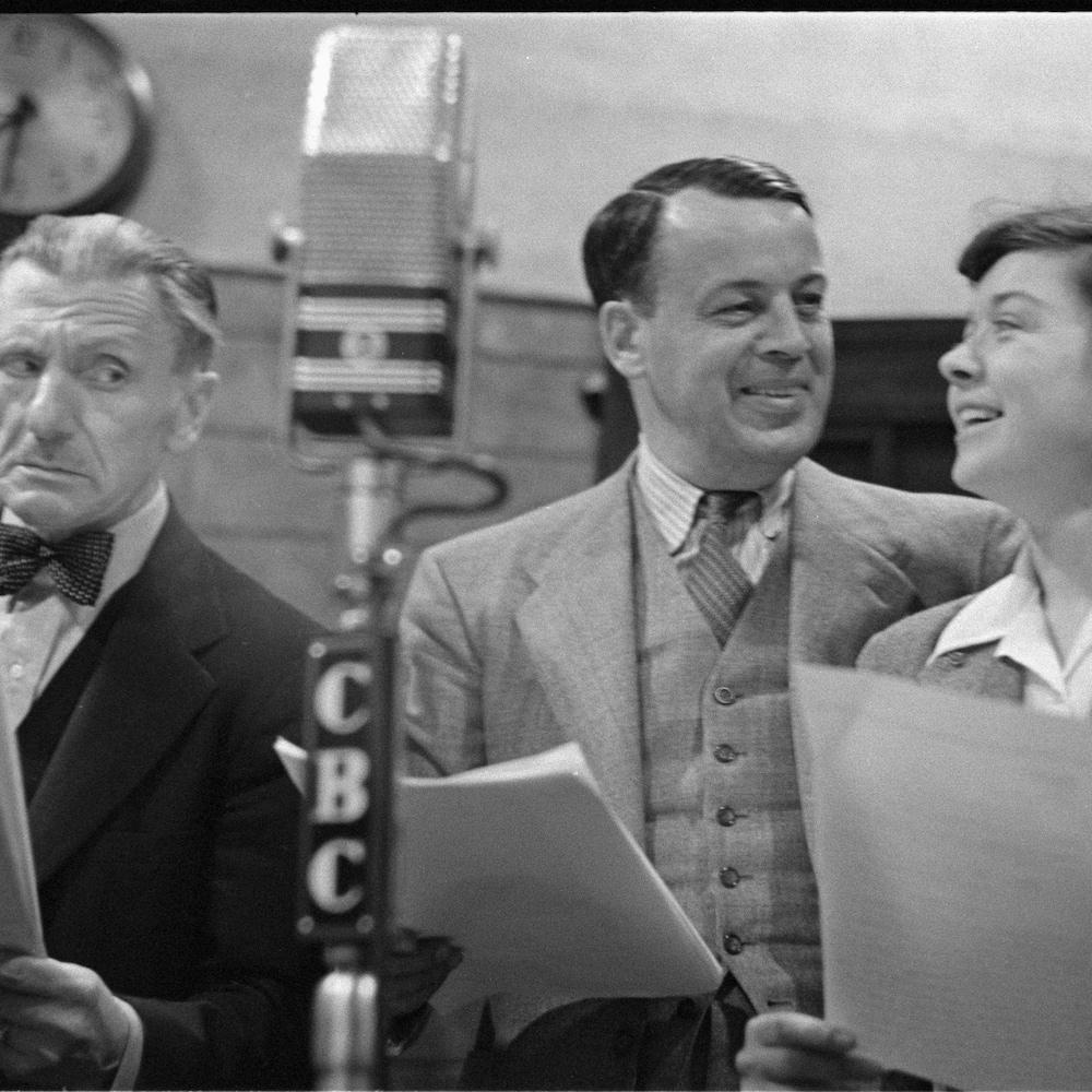 Hector Charland, Albert Duquesne et Estelle Mauffette qui tiennent leur texte devant un micro.