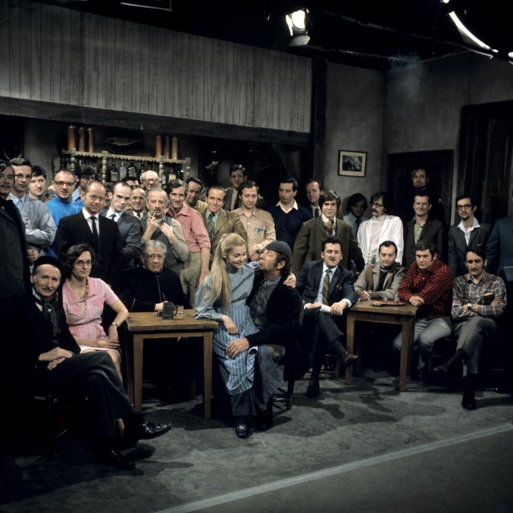 Photo de groupe des comédiens et de plusieurs membres de l'équipe de production.