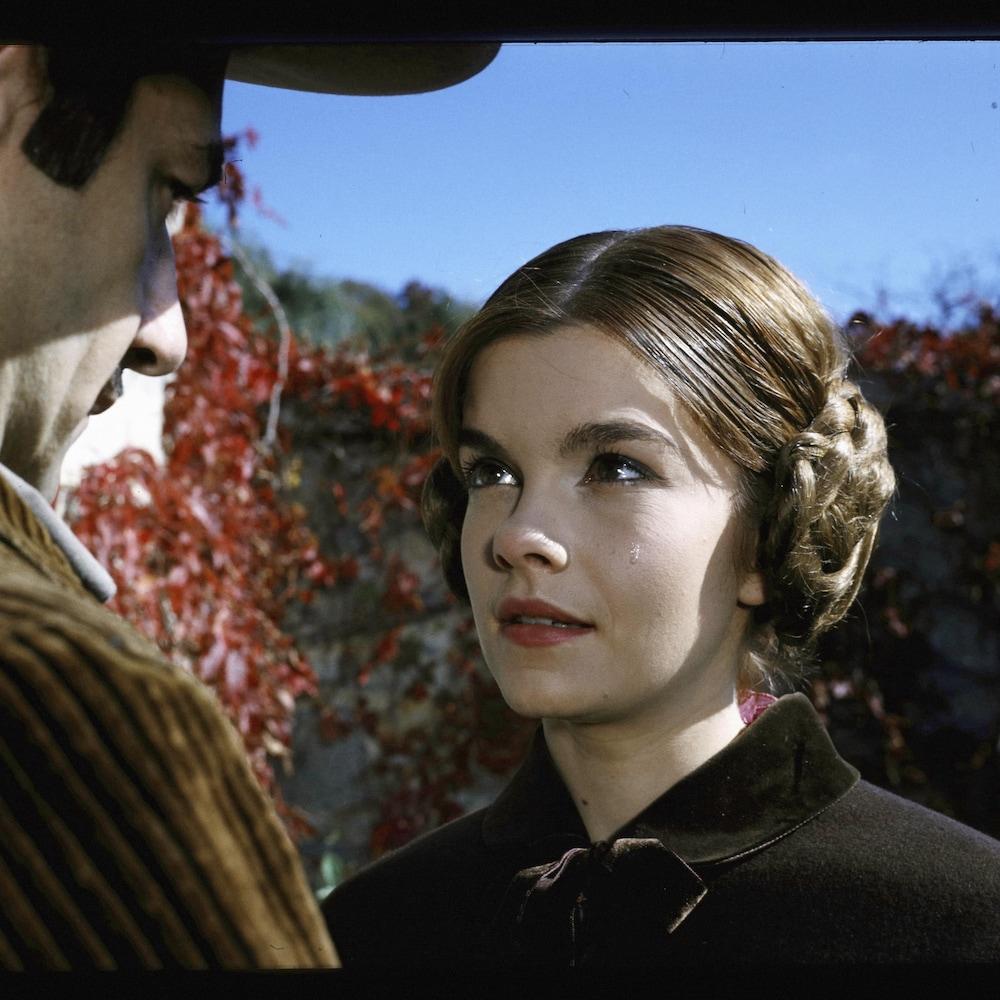 Gros plan visage de Geneviève Bujold.