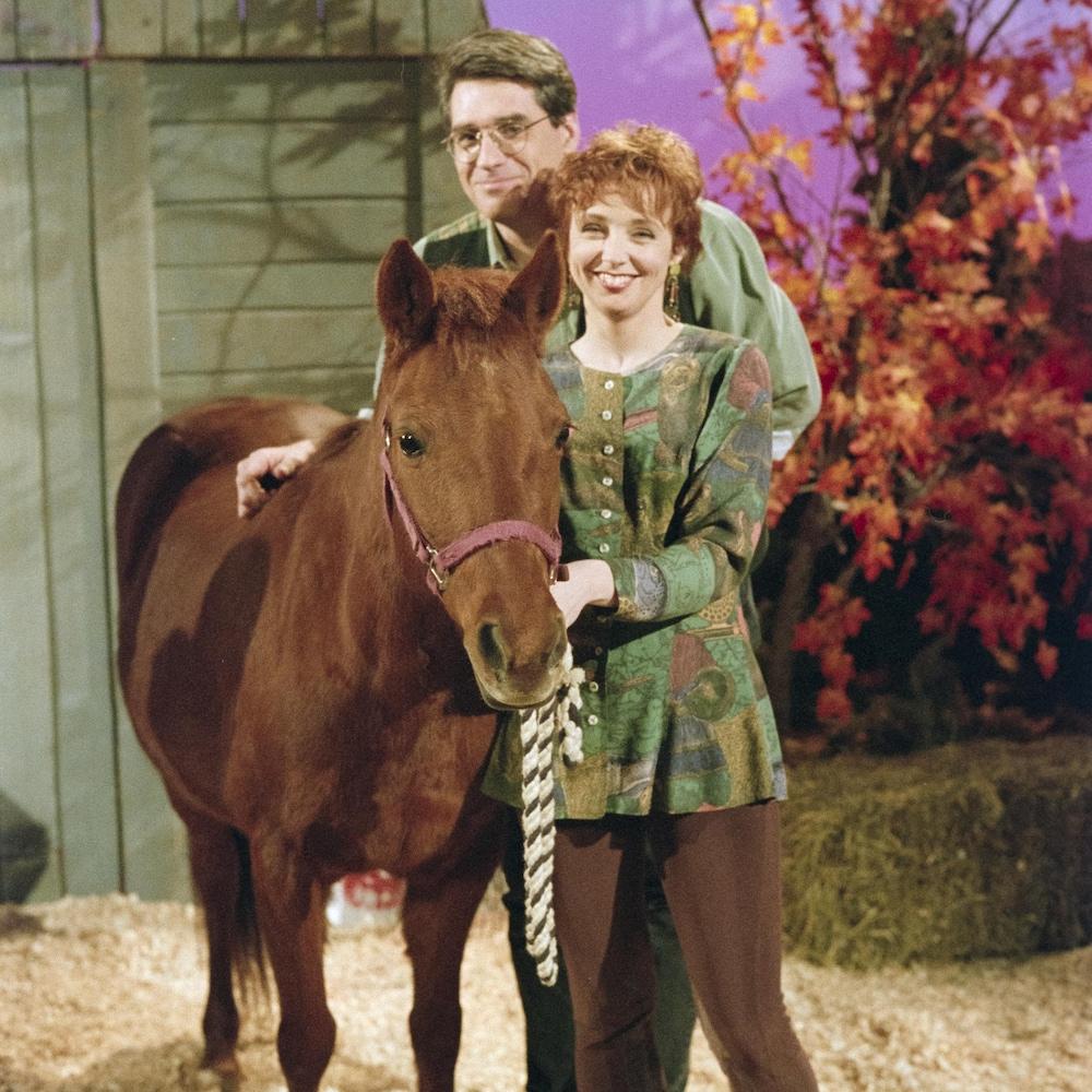 Les animateurs Pierre Poirier et Sylvie Lussier en compagnie d'un cheval.