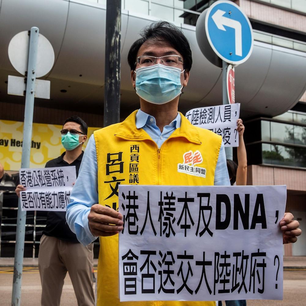 Des manifestants s'opposent à la collecte d'ADN par les autorités chinoises.