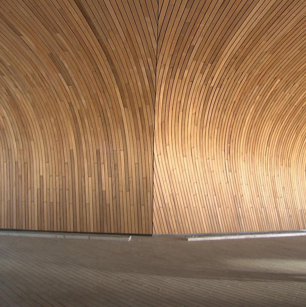 Un couloir de la bibliothèque centrale de Calgary dont le plafond et les murs sont en bois.