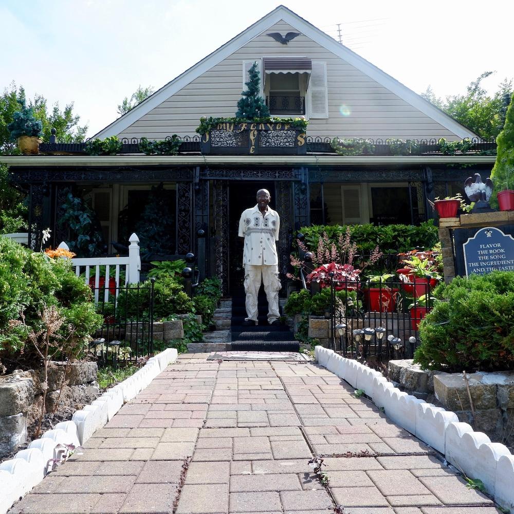 John Billy devant sa maison à Baltimore.