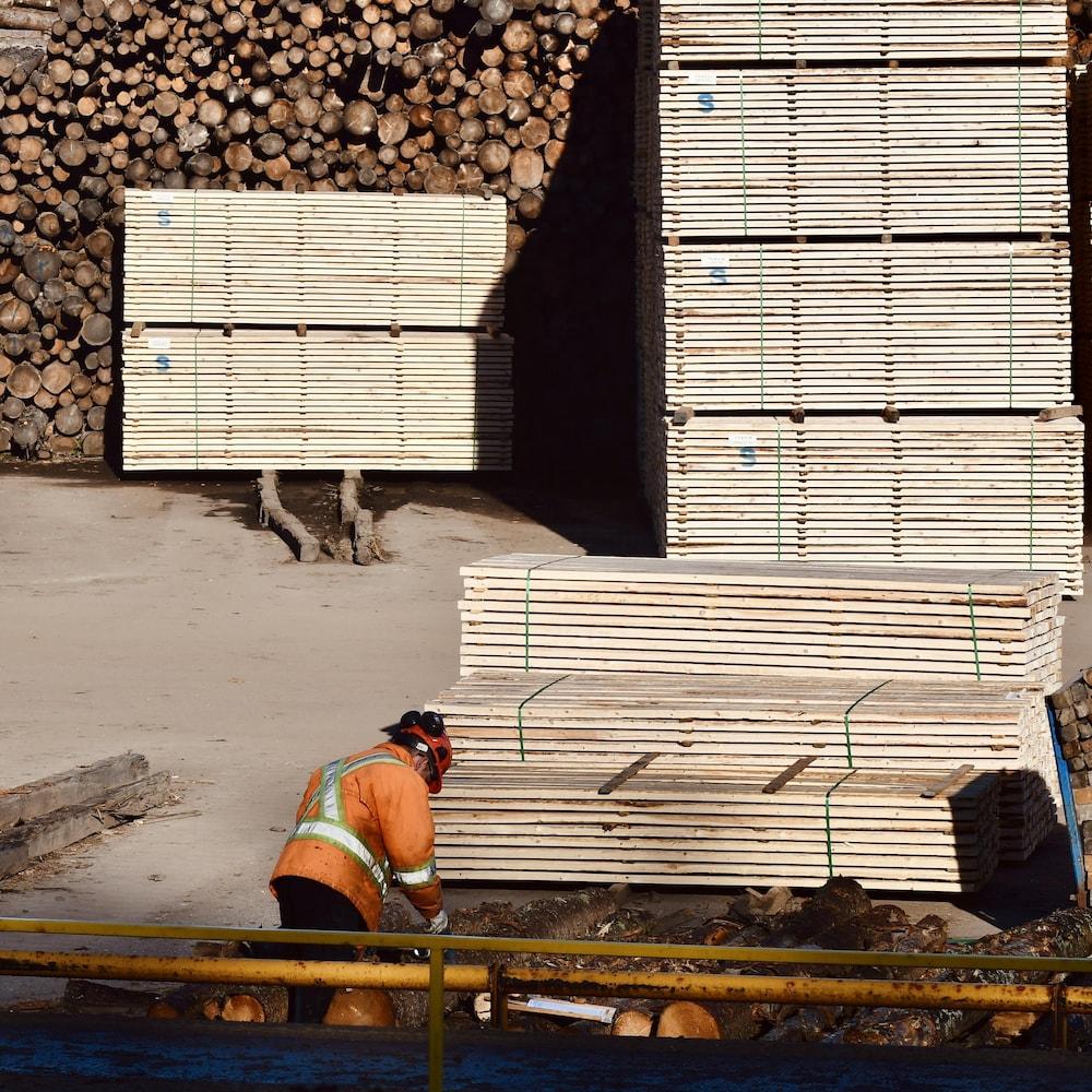 Un travailleur dans une cour à bois.
