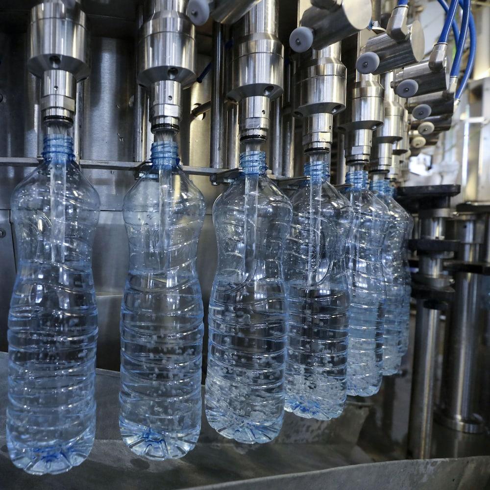 Des bouteilles à la chaîne.