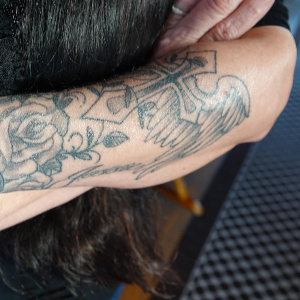 Un bras tatoué.