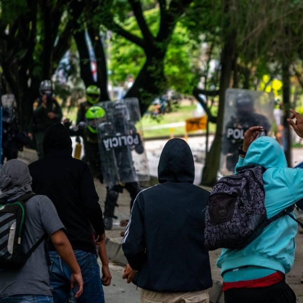 Des jeunes font face à la police antiémeute.