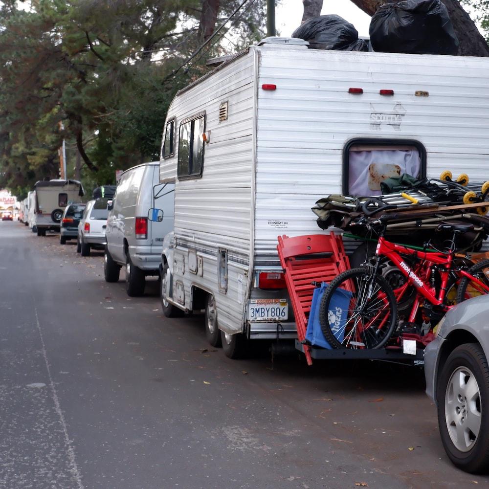 Des véhicules récréatifs dans les rues de Mountain View, en Californie.