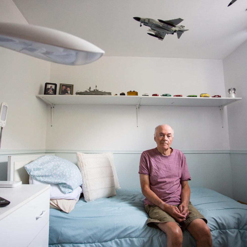 François vit avec une déficience intellectuelle. Ici, il pose dans sa chambre du Camélia.