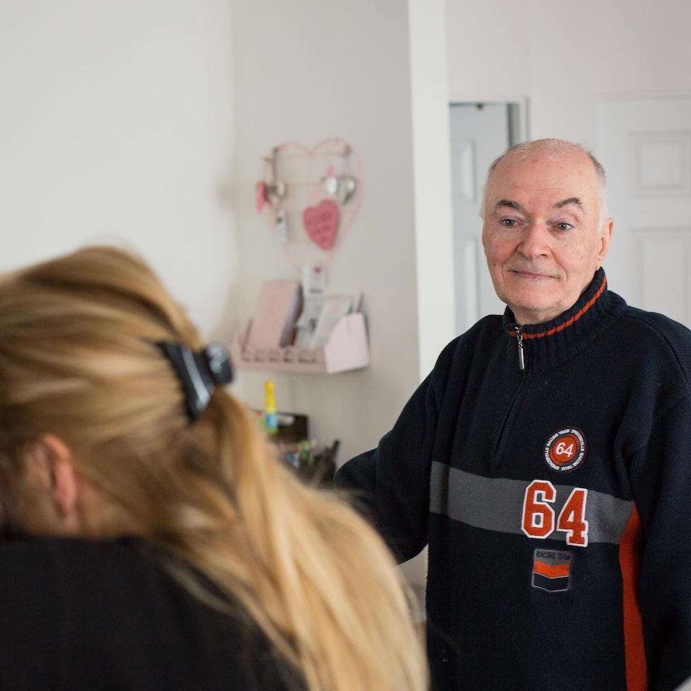 François observe Lucie et d'autres pensionnaires s'enlacer pour un câlin.