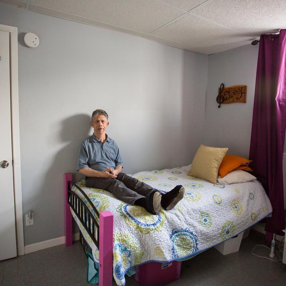 Danny pose dans sa chambre du Camélia.