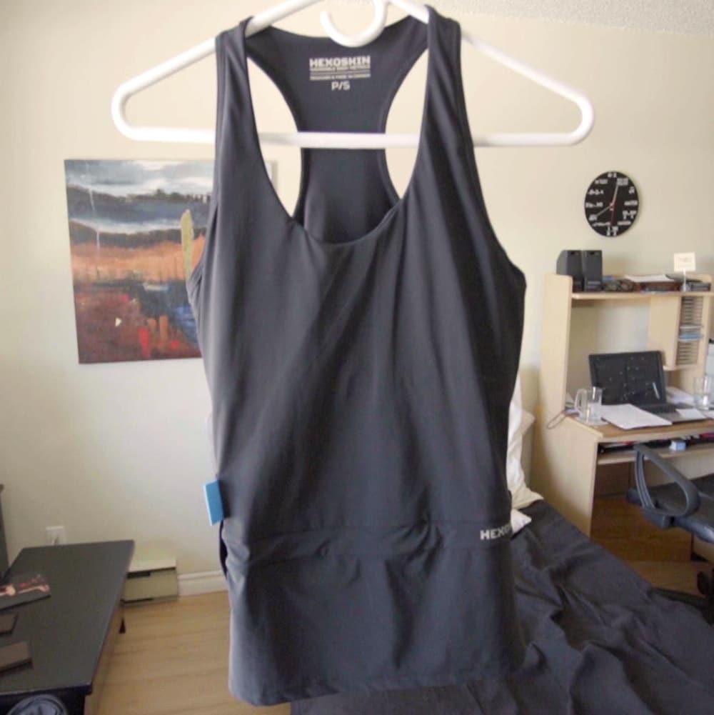 Une camisole est suspendue sur un cintre.