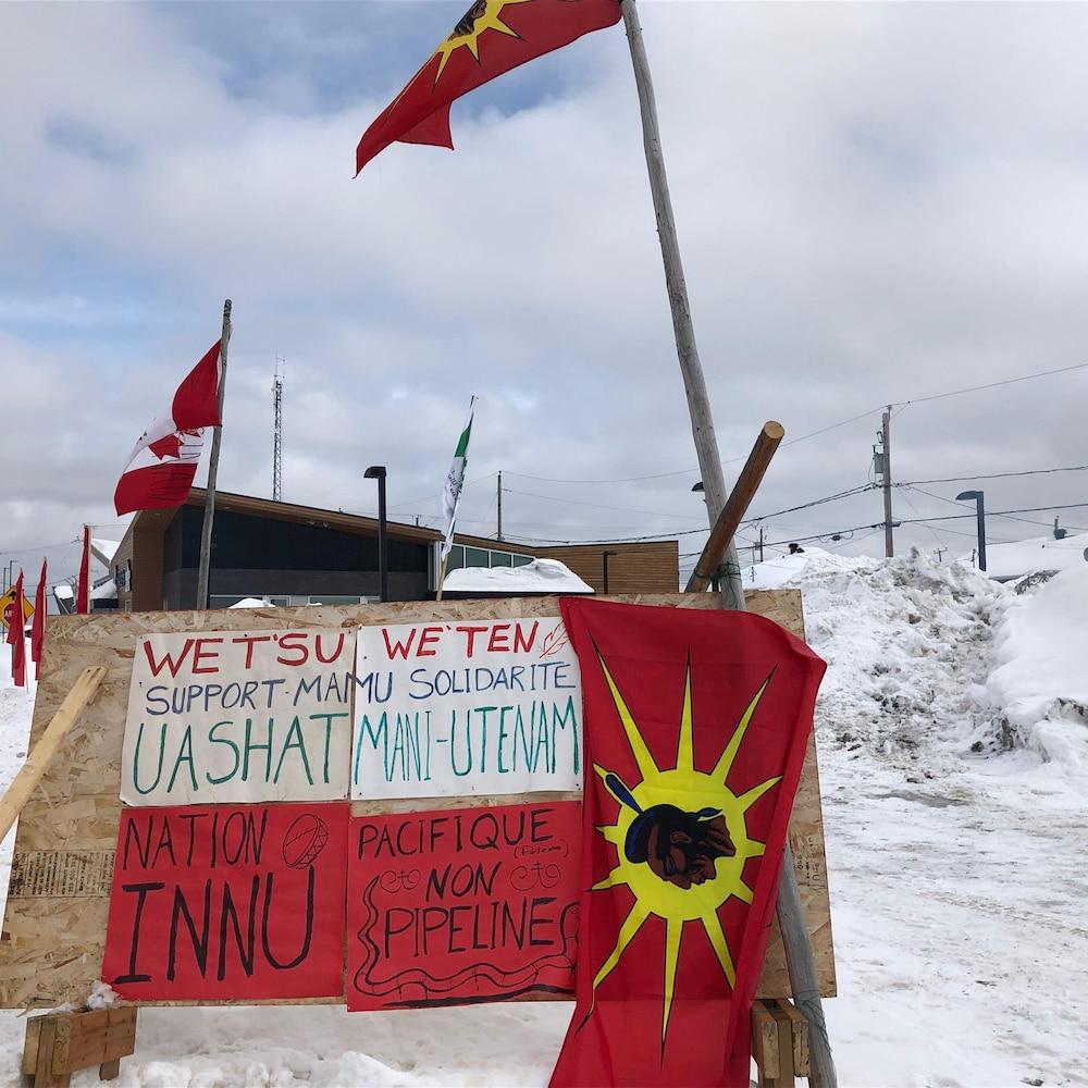 Une pancarte devant le campement.