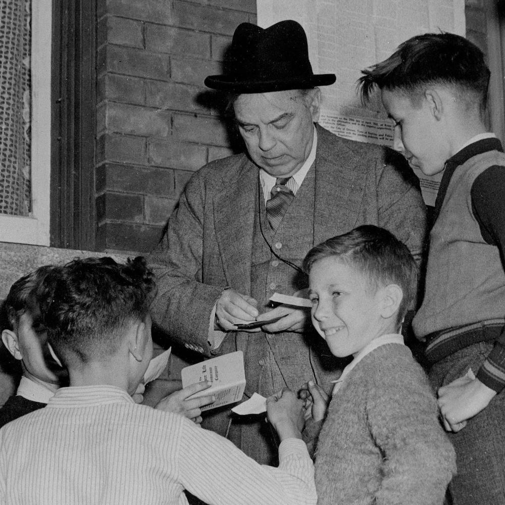 Le premier ministre William Lyon Mackenzie King en compagnie de quelques enfants, le jour du plébiscite, le 27 avril 1942.