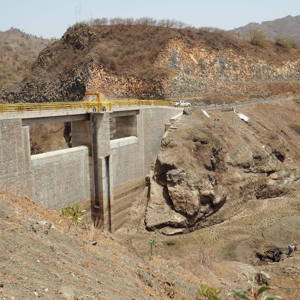 Un barrage visant à recueillir l'eau de pluie.