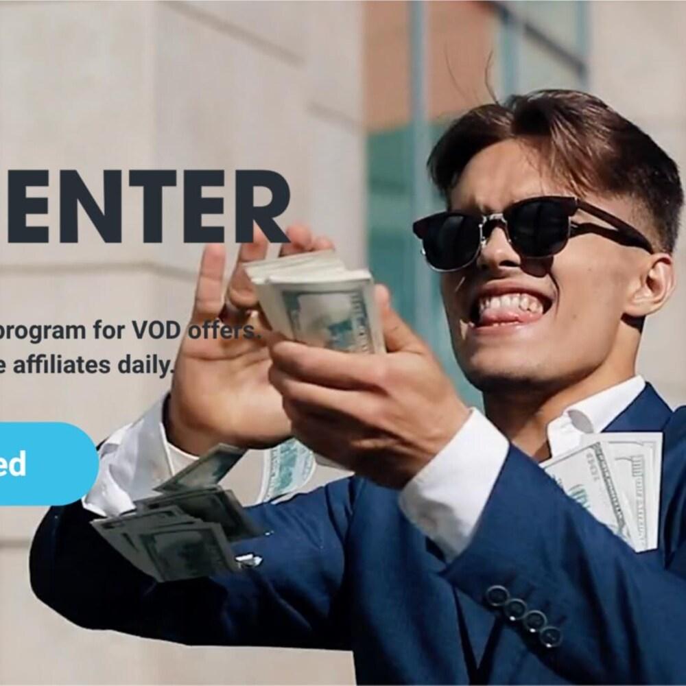 Un homme en complet tient une pile de billets de 100$ dans les mains et les jette. Le logo d'AdCenter est superposé sur l'image.