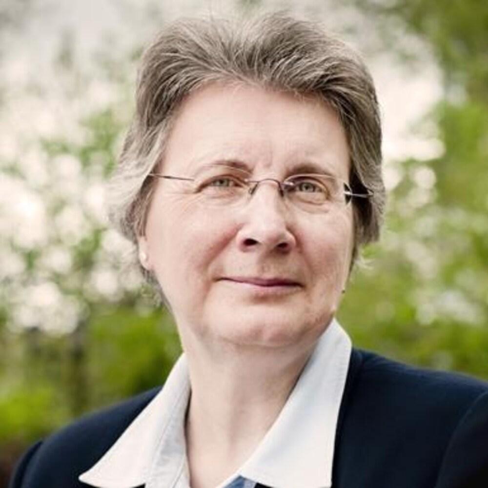 Carole Lévesque, professeure à l'Institut national de la recherche scientifique (INRS). Elle est fondatrice et directrice du Réseau de recherche et de connaissances relatives aux peuples autochtones (DIALOG).